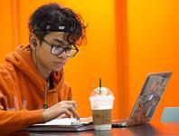 Student wih laptop